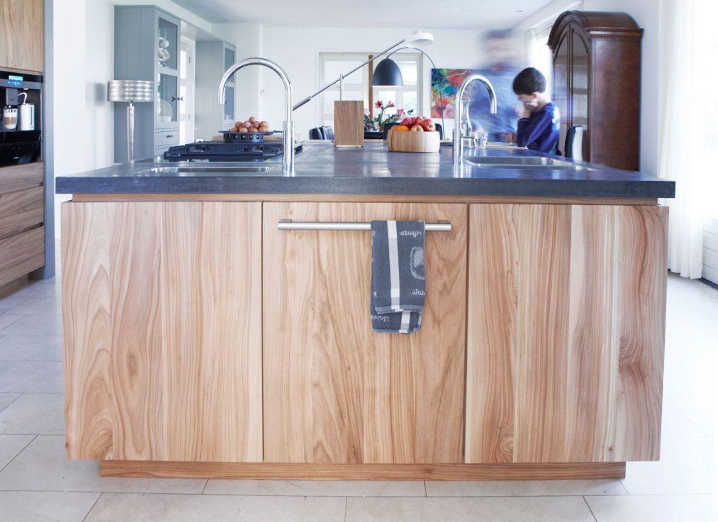Moderne Keuken Donker : Moderne keuken in hout met brug als eettafel deze moderne keuken